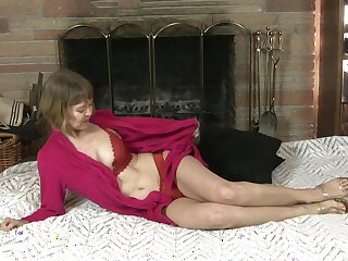 Dirty mature Jamie Foster pleasures the brush cravings with a dildo